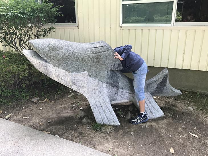 よくわからないけど、にじますの石像