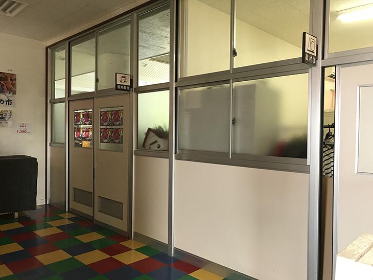 音楽教室と教材室の看板がそのまま