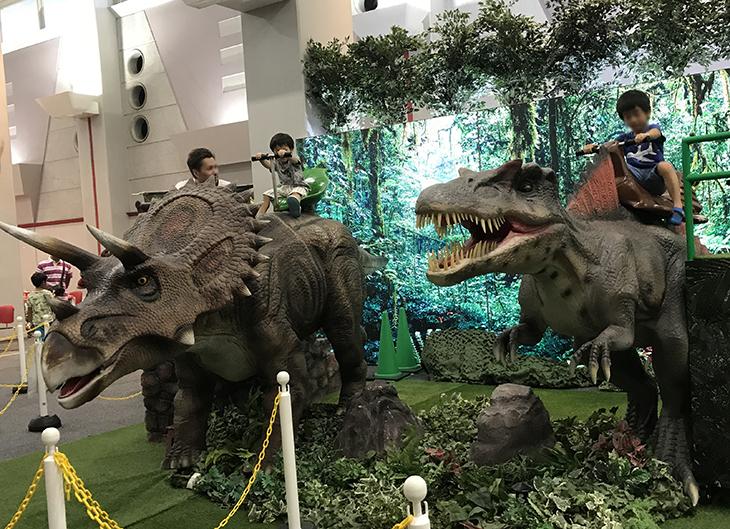 動く恐竜に乗れて写真撮影