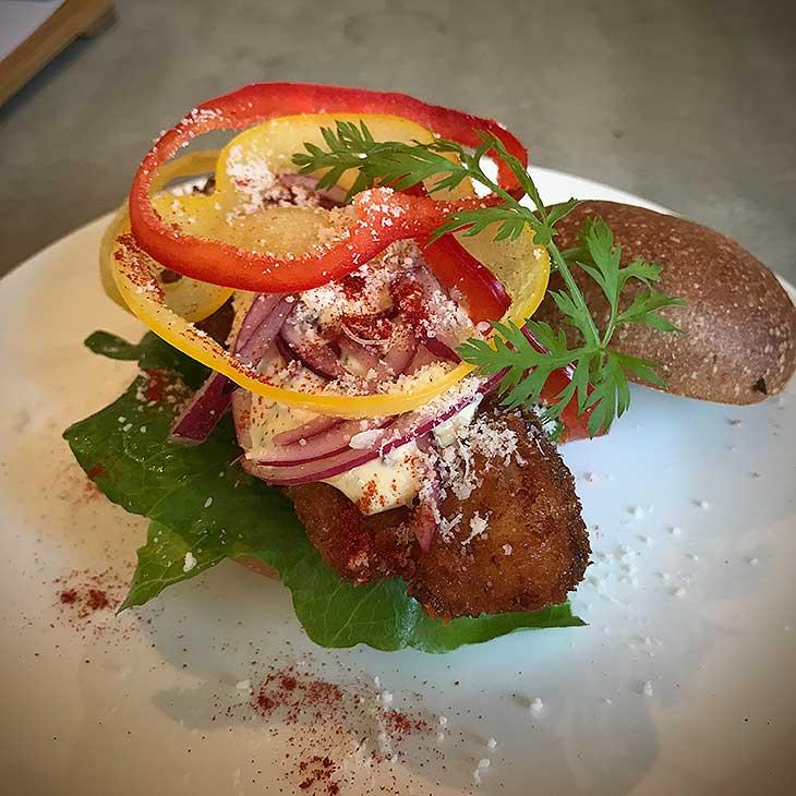 前菜の白身魚のフライの入ったハンバーガー