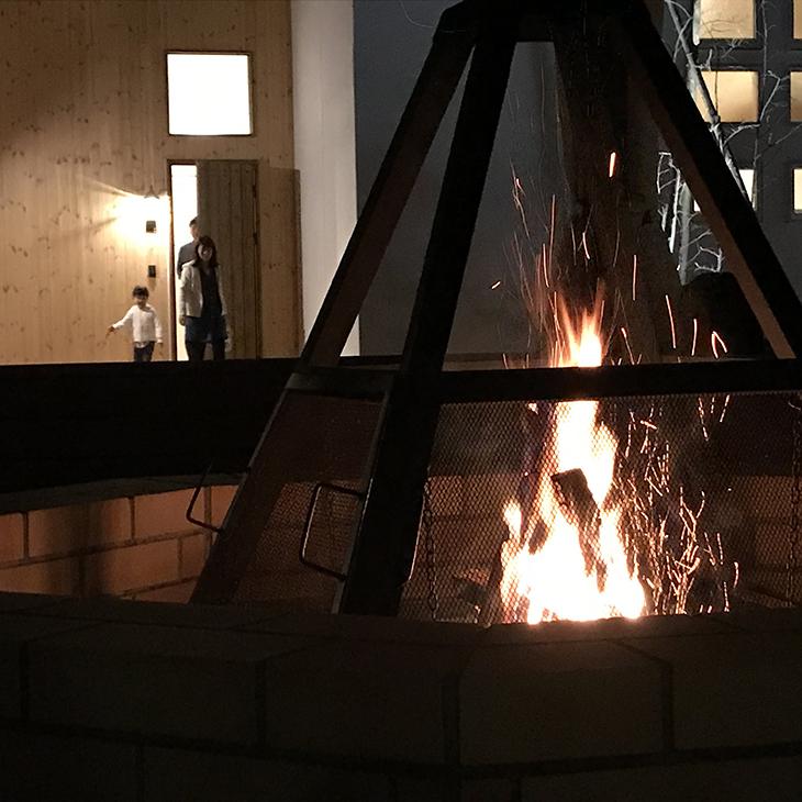 毎日20時から敷地内で焚き火
