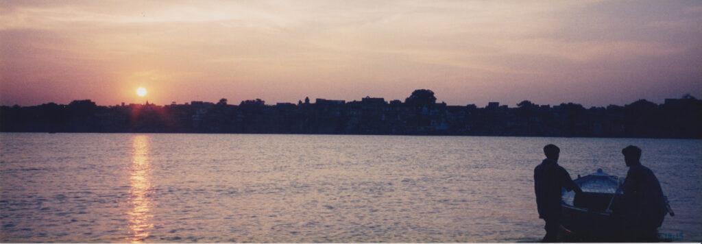 インドの人と仲良くなって船に乗せてもらったinガンジス川