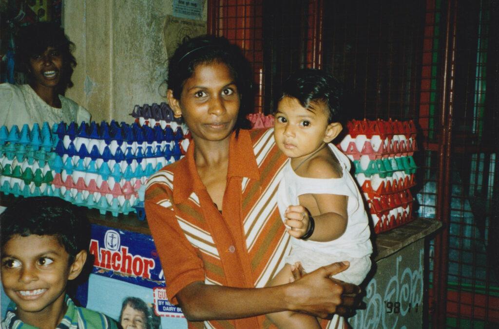 何度かお世話になった宿の近くの売店のママとお子様